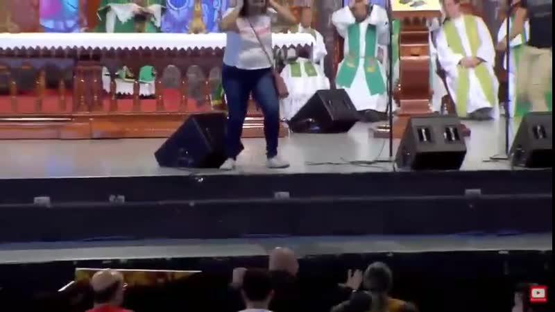 Священник на мессе сказал, что полным женщинам нет места в раю и за это агрессивная темнокожая бабёнка скинула