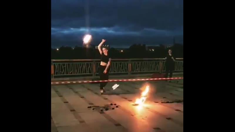 В Тюмени на набережной можно увидеть огненное шоу