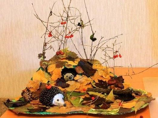 Поделка осенний лес Такую поделку ежиков в осеннем лесу можно сделать с детьми 5-7 лет, используя разнообразные природные материалы: опавшие листья, шишки, желуди, каштаны, веточки.На листе