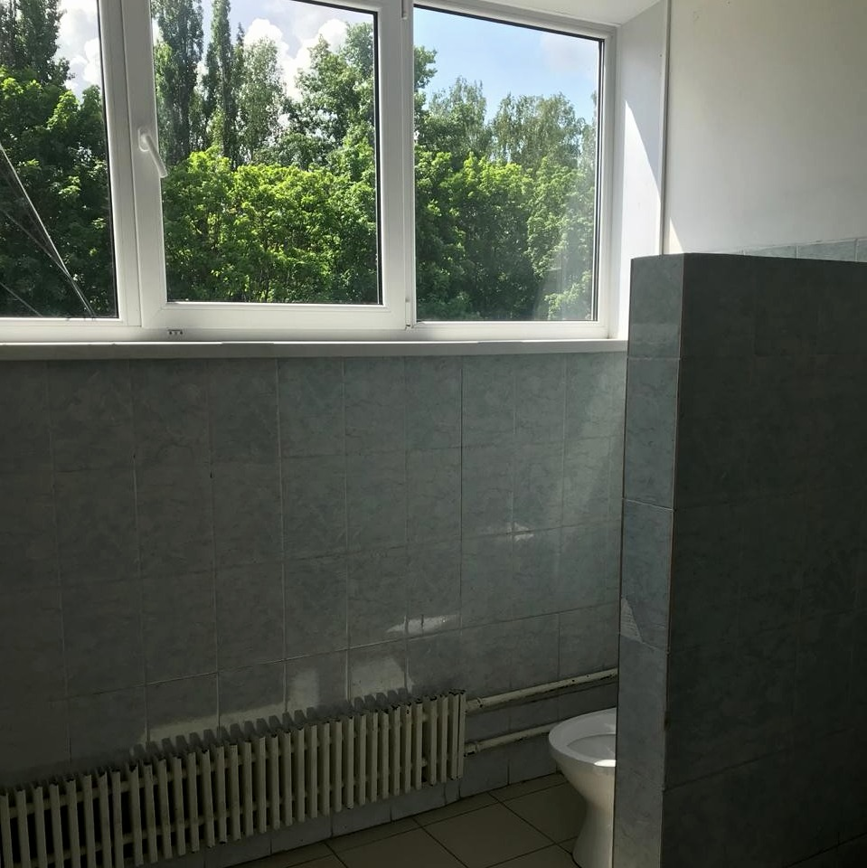 В курской школе третьеклассник выпал из окна туалета