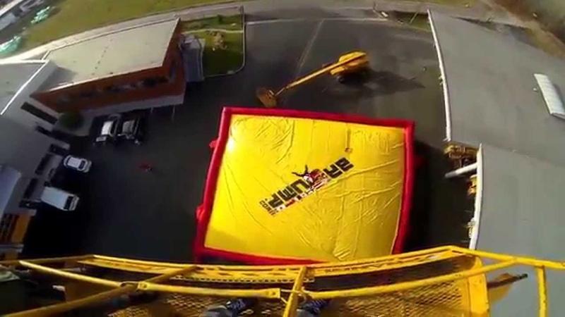 Прыжок с высоты в надувную подушку от первого лица gopro