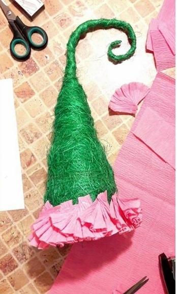 ПОДЕЛКА.НОВОГОДНЯЯ ЕЛОЧКА СВОИМИ РУКАМИ Ёлочка-Топотушка - забавная ёлочка на ножках. Для создания этой новогодней поделки вам понадобятся: пенопластовый конус для елки, сизаль, проволока,