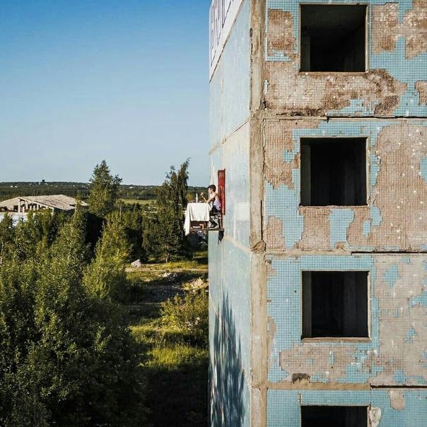 Художник из Самары провернул интересный перформанс связанный с наболевшем темой россиян На стене заброшенного панельного дома в Самаре местный художник устроил инсталляцию, в которой молодой