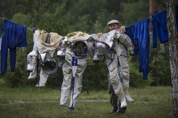 Понимаете, Игорь, вас всех готовили в космонавты Должны были появиться десятки, сотни миллионов космонавтов - все, кто мечтал об этом. Вы ведь не думаете, что дети сами решали, что они хотят