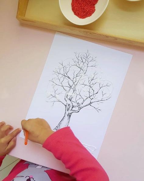 ОСЕННИЕ ПОДЕЛКИ ДЛЯ ДЕТЕЙ Ловите не новую, но очень яркую и позитивную идею осеннего деревца . Всё, что нужно для нашего осеннего деревца - это само дерево, нарисованное или распечатанное и