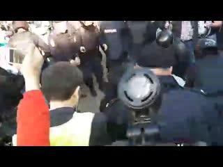 Полицейский избивает дубинкой NR