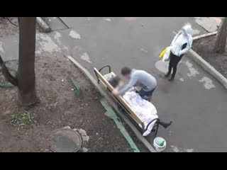 Москвичка умерла на лавочке у своего дома после того, как ее там оставили соцработники