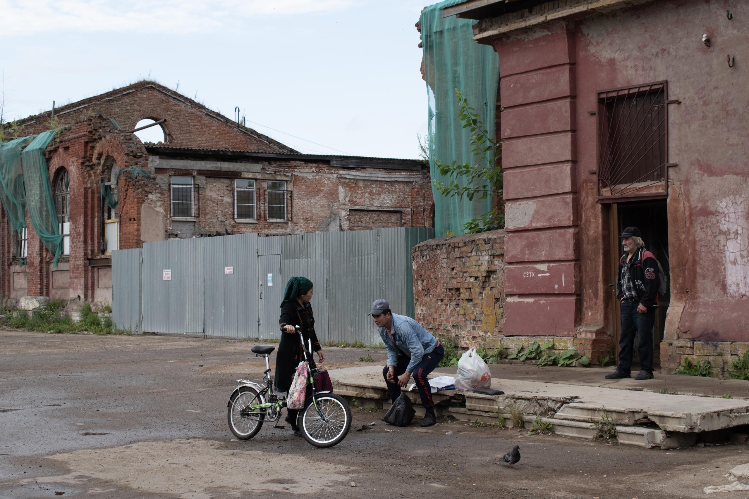 В Пушкине Ильич смотрит на остатки гарнизонного манежа лейб-гвардии Е - Фото