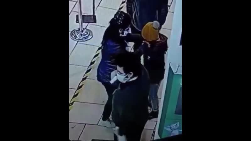 Охранник перепутала градусник с антисептиком и брызнула спиртом в лицо юной посетительнице