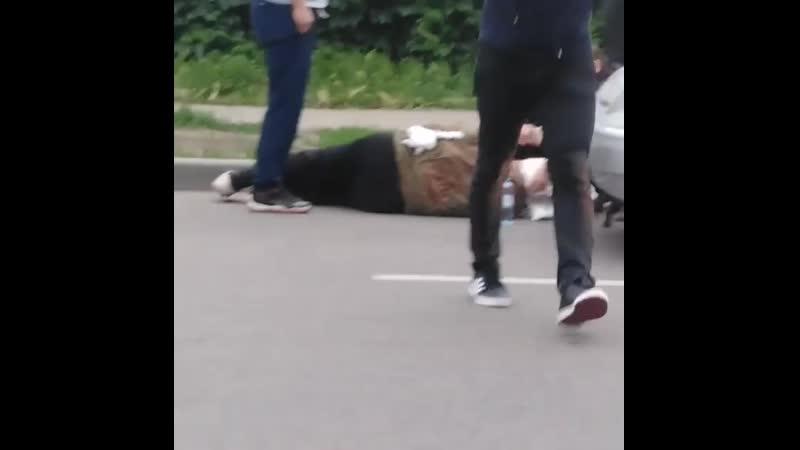 Произошло проишествие на ул. Рашпилевская, 150 возле переулка Майорского. Девушка сбила дедушку. Девушка не успела затормозить и