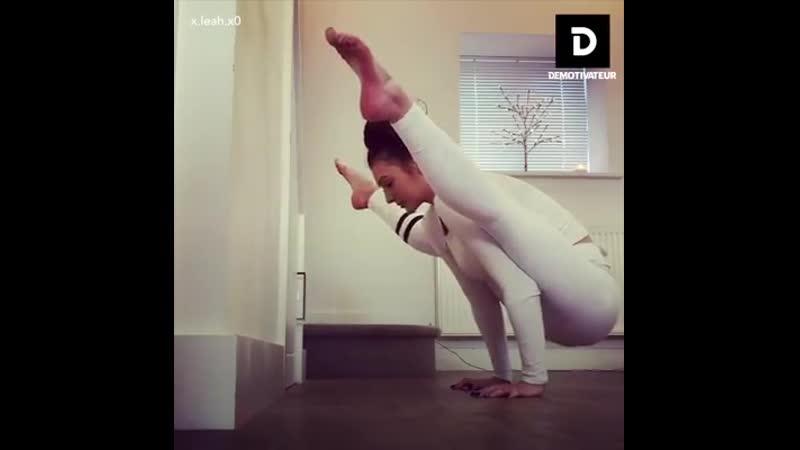 Девушка с супер растяжкой Шпагат упражнения фитоняшка девочка няшка Спорт супер упражнения тренировка мотивация фитнес секси