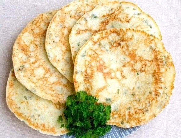 Сырные лепешки с зеленью Что нужно: Сметана 15-20% - 300 гЯйца -3 шт.Сыр твердый 200 гМука 4-5 ст.ложекЗелень 1 пучокСоль 1 щепоткаРастительное масло для жаркиСырные лепешки с зеленьюЧто