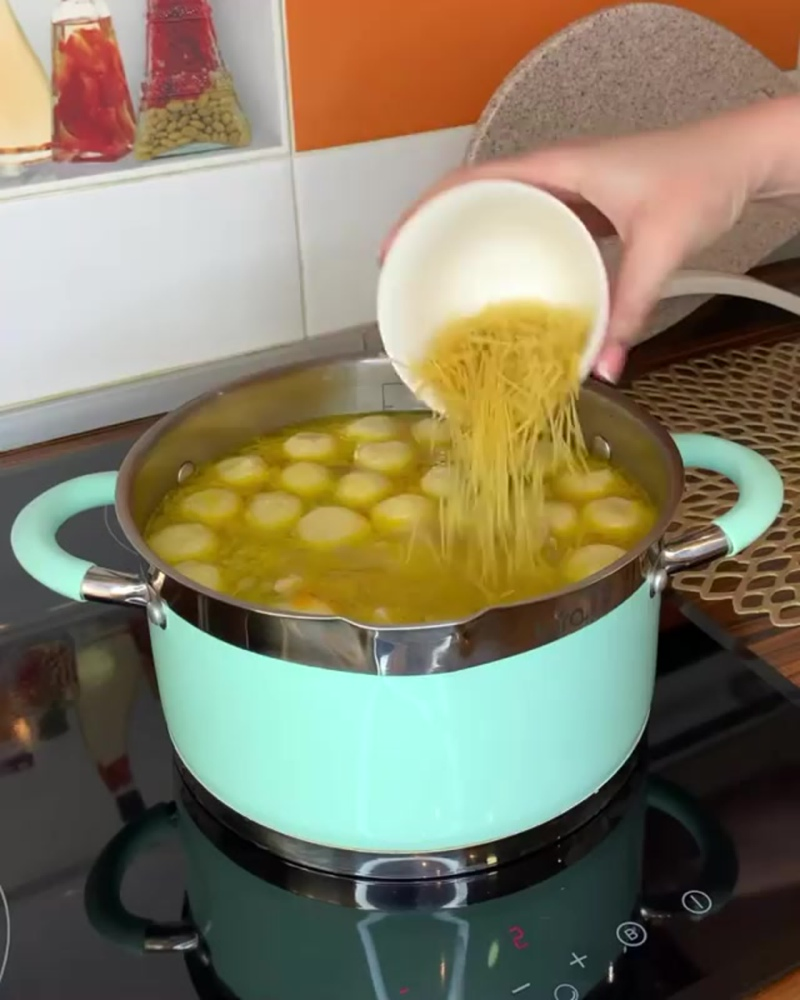 Куриный суп с сырными шариками (ингредиенты в описании видео)