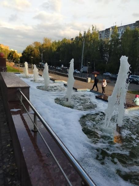 Вандалы устроили «пенную вечеринку» в фонтане в Нижнем Но...