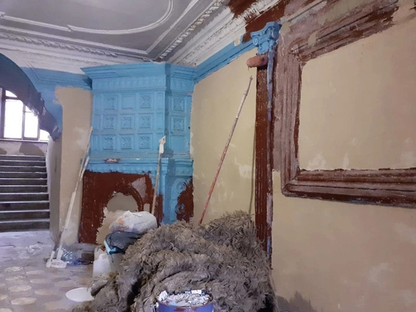 В доме, где жил Пушкин, коммунальщики покрасили ст...