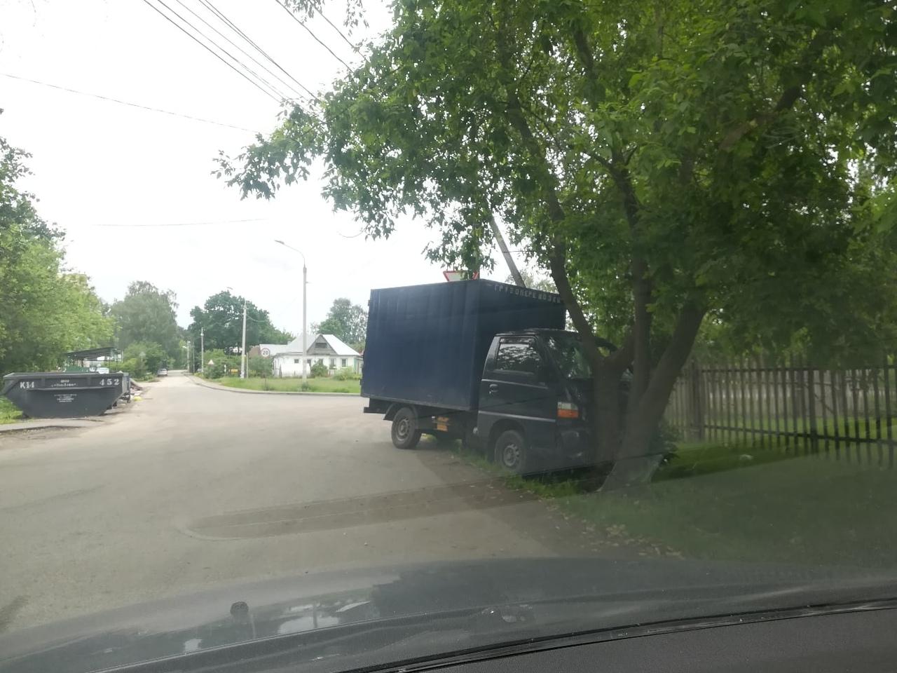 В Дмитрове на улице Махалина фургон врезался в дерево