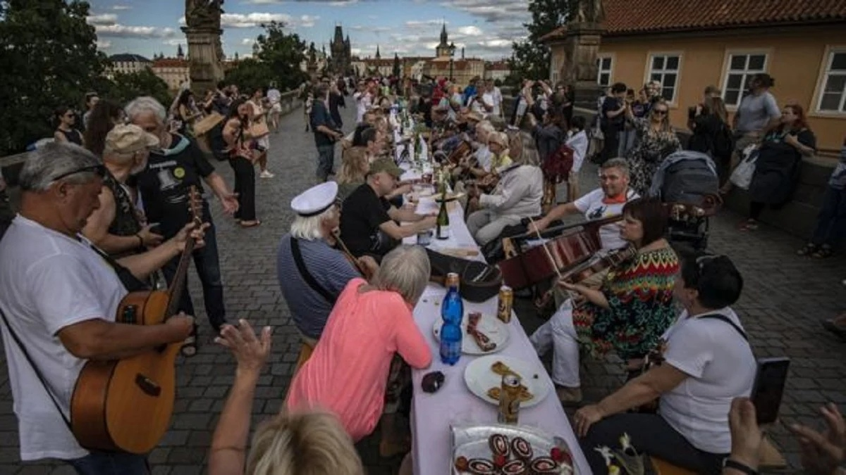 В Праге попрощались с коронавирусом, закатив на Карловом мосту пир на тысячу гостей