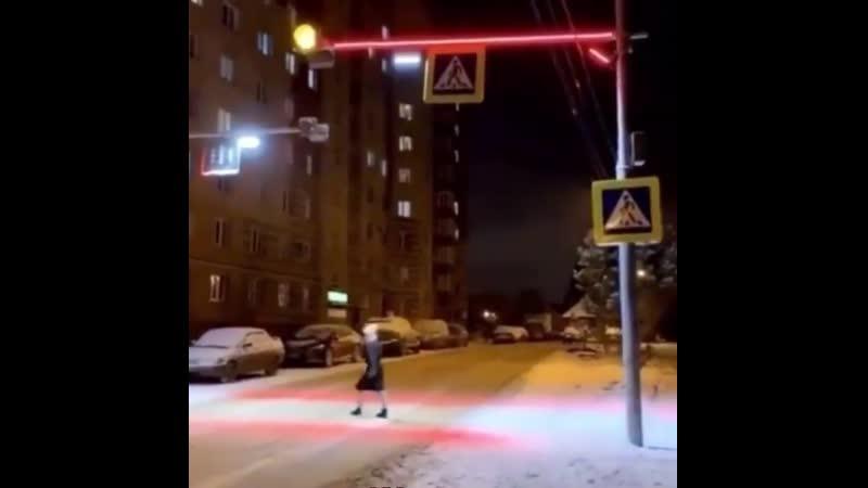 В Химках установили необычный светофор который реагирует когда пешеход выходит на проезжую часть