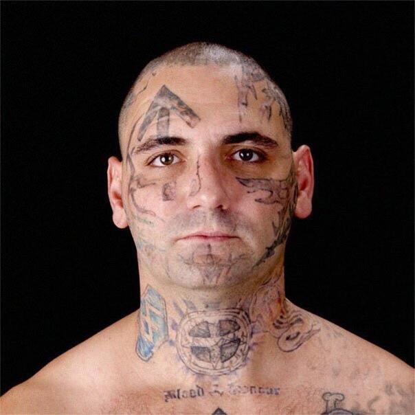 Свести татуировки на лице