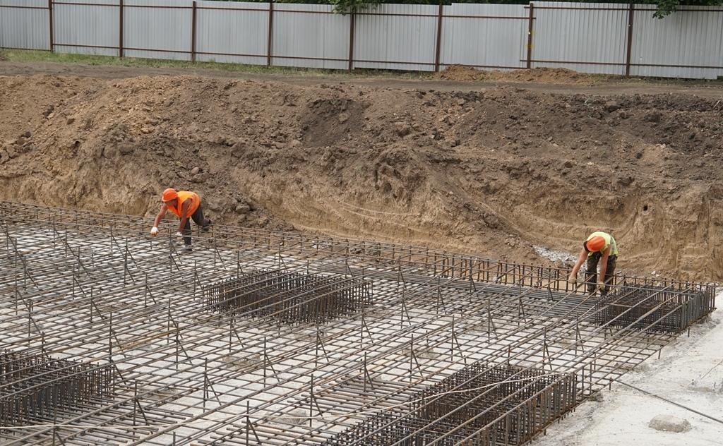 Строители детсада в районе парка 300-летия Таганрога вяжут арматурный каркас фундамента