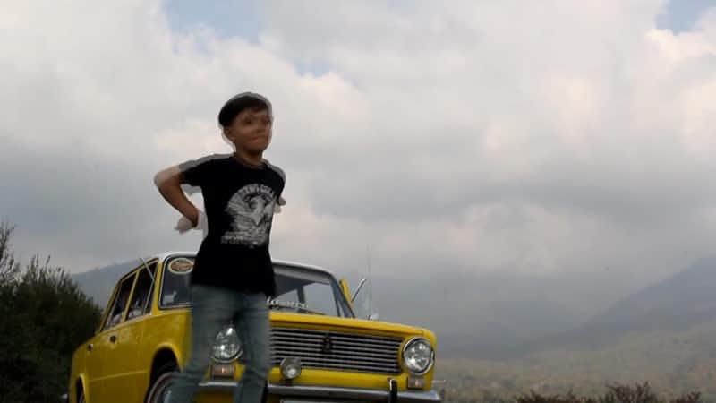Мальчик танцует под лезгинку
