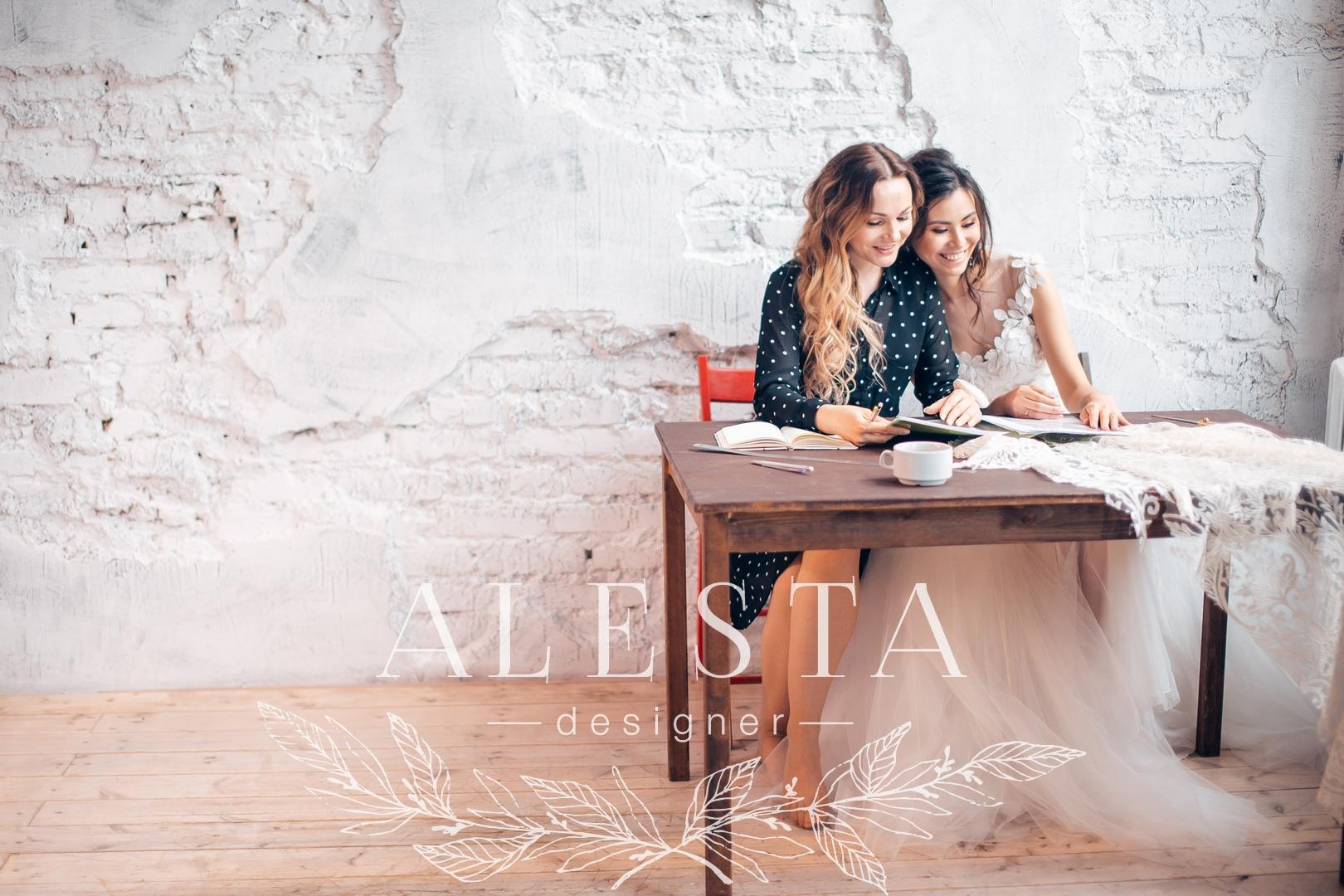 Записывайтесь на встречу с дизайнером, мы обсудим крой, ткани и отделку будущего платья.