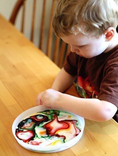 ЧЕМ ЗАНЯТЬ РЕБЕНКА ДОМА МАГИЯ В МИСКЕ МОЛОКА.Один из первых и простых, но очень эффектных химических опытов для малышей. :) Налейте в плоскую миску молока (лучше цельного, с высоким содержанием