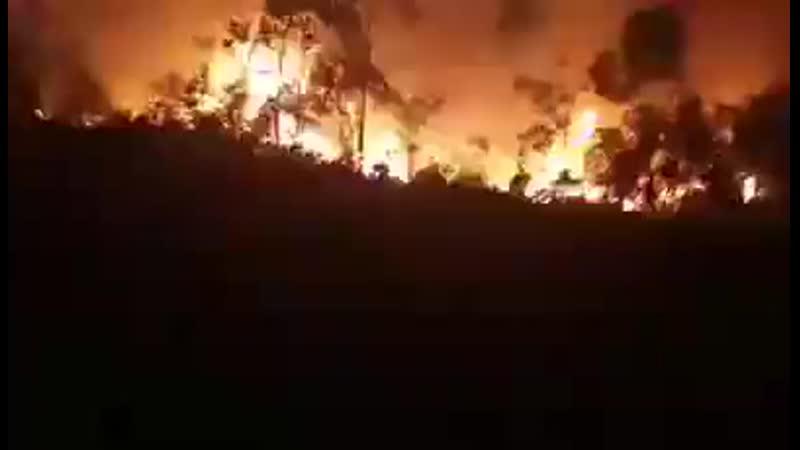 Urgent عاجل 3006 Un important incendie sest déclenché cette nuit autour du village Oumaden à Azeffoun dans la wilaya de Tizi