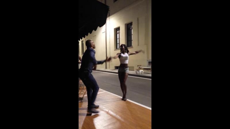 Bailando salsa en la calle Hansel Melgares y Angela Jauregui🇨🇺