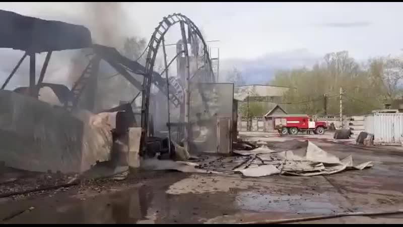 Пожарным удалось локализовать возгорание на площади 1,2 тыс. кв. метров в ангаре в Пикалево
