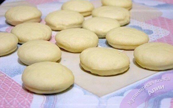 Золотистые пышные пончики Нужно :Тесто:Молоко 500 млЯйца 2 шт.Сливочное масло или маргарин 125 гСахар 2,5 ст. л.Соль 1,5 ч. л.Дрожжи сухие 11 гВода тёплая 0,5 стак.Мука на глазВанилин